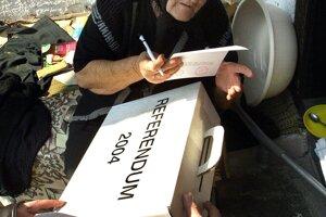 Volička v Červeňanoch hlasuje v referende 3. apríla 2004.