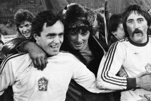 Marián Masný (vľavo) vdrese československej futbalovej reprezentácie, vpravo je Antonín Panenka.