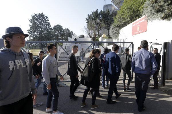Študenti sa zhromaždili pred školou Alexisa de Tocqueville počas streľby.