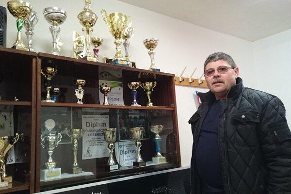 Prezident FK Lesenice Ján Pavlík pri zbierke klubových trofejí.