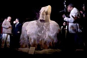 Socha zrejme zobrazuje Psamteka I., ktorý vládol Egyptu medzi 664 and 610 pred našim letopočtom-