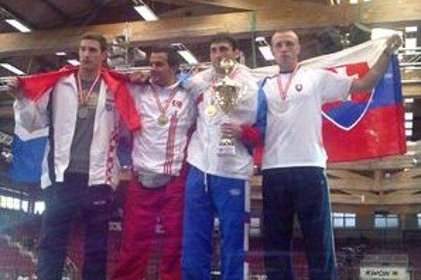 Michal Hromek (vľavo) na stupni víťazov.
