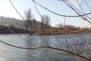 V blízkosti kalov tečie rieka Kysuca.