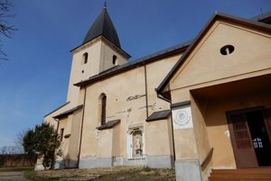 Kostol Nanebovzatia Panny Márie (na snímke) v Turni nad Bodvou je zdobený viacerými vzácnymi freskami. Bol postavený v gotickom štýle začiatkom 14. storočia pravdepodobne na základoch staršieho kostola z 11. storočia. Neskôr v 15. storočí bol rozšírený, v lodi zaklenutý začiatkom 16. storočia, upravený v 18. storočí a obnovený v roku 1889 a 1930.