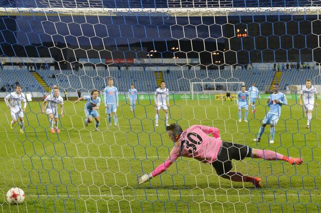 Seydouba Soumah strieľa z pokutového kopu vyrovnávajúci gól.