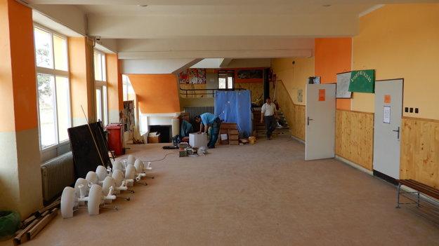 Robotníci pri obnove školy.