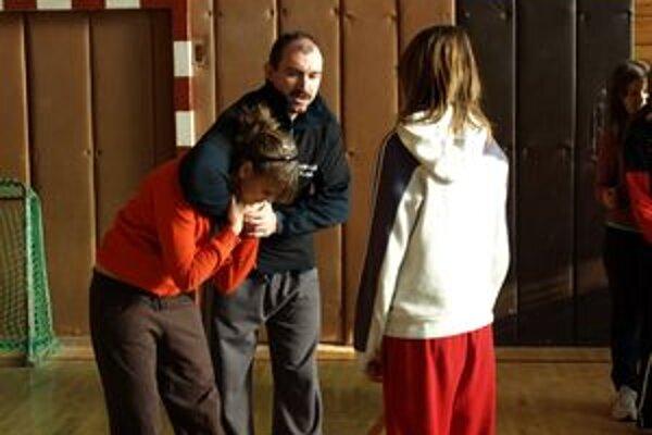Základy sebaobrany sa môžu školáčky naučiť počas telesnej výchovy.