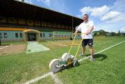 Niekdajší najlepší strelec slovenskej ligy lajnuje trávnik na štadióne v Snine.