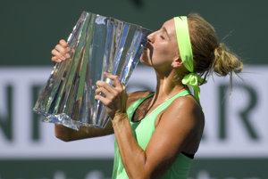 Jelena Vesninová sa teší z víťaznej trofeje.