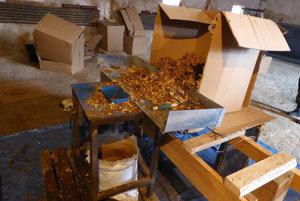 Colníci odhalili nelegálnych spracovateľov tabaku.