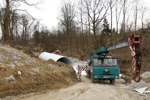 Jedno z opatrení buduje na hornom toku rieky Handlovka dodávateľská firma.
