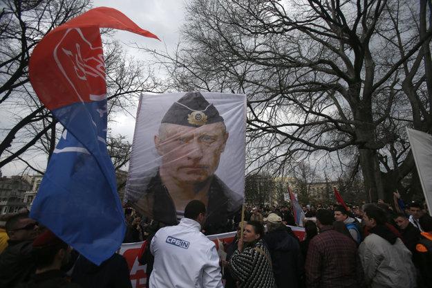 Tvár Putina na demonštrácii srbských nacionalistov proti NATO.