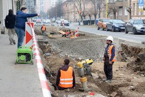 Pracovníci firmy. Oprava cesty na Poštovej napreduje vtýchto dňoch pomaly.