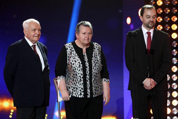Do Siene slávy slovenského futbalu uviedli aj dlhoročného novinára Jozefa Kšiňana (vľavo). Za zosnulého Michala Vičana prevzala ocenenie jeho manželka Eva a za Štefana Čambala vnuk Leoš Zeman.