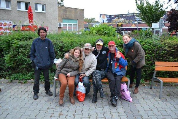 Mirka Čulagová (druhá zľava) sa začala venovať bezdomovcom ako šestnásťročná študentka.