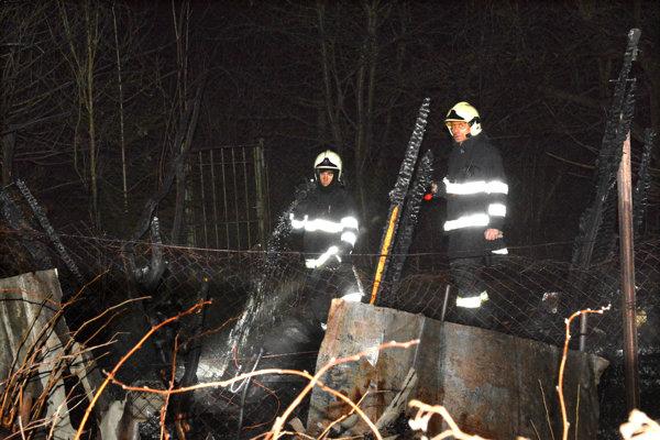 Napriek zásahu hasičov chatka zhorela.