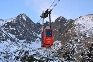 Jazda zo stanice Skalnaté Pleso na Lomnický štít trvá osem a pol minúty a visutá lanovka za ten čas prekoná prevýšenie 855 metrov.