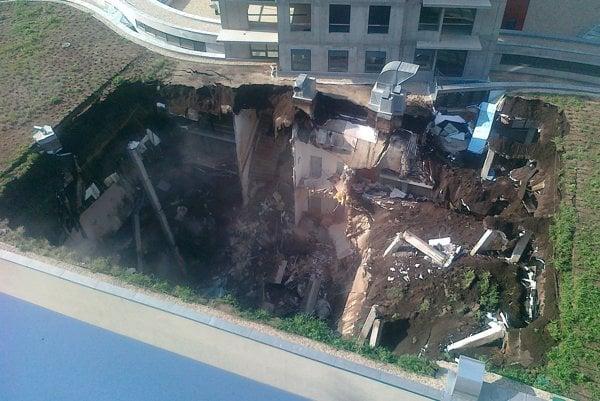 Zrútená strecha podzemnej garáže komplexu Trinity.