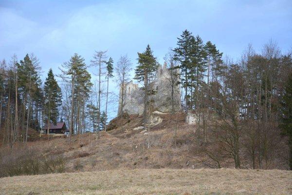 Súčasný pohľad na Blatnický hrad z obce Blatnica.