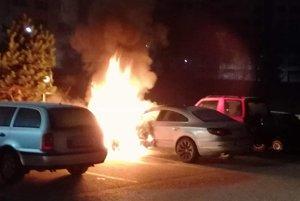 Požiar pravdebodobne vznikol na prednej časti vozidla pri kolese.