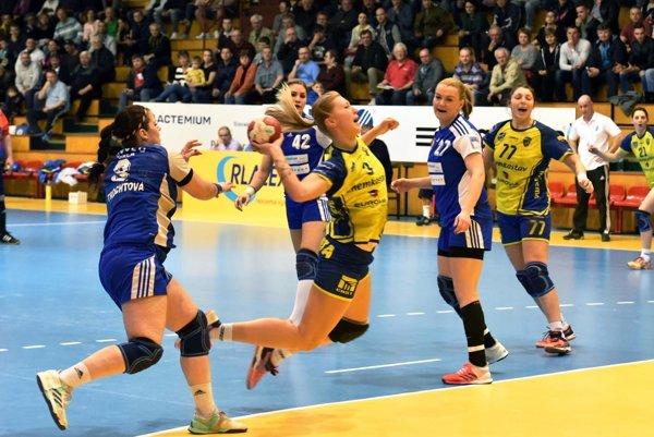 V šlágri kola sa z výhry o tri góly tešili hráčky Michaloviec. Na snímke zakončuje Júlia Černová.