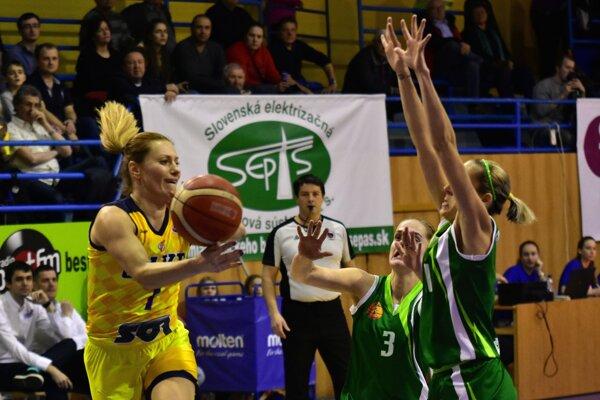 Košičanky nedali Šamorínu šancu. Z. Žirková (vľavo) si pripísala 9 bodov.