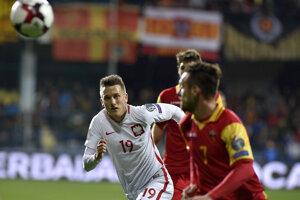 Na snímke z nedeľňajšieho súboja v Čiernej Hore smeruje za loptou Piotr Zielinski (vľavo), sleduje ho Marko Vešovič.