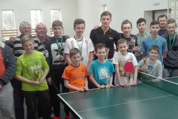 Zúčastnení stolní tenisti sorganizátormi podujatia.