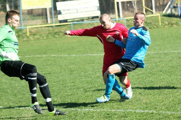 Báb vyhral na Lapáši 3:0. Juraj Michalík (v červenom) otváral skóre z tejto situácie.