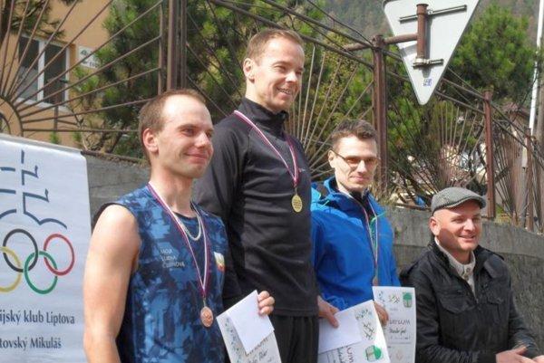Prví traja vhlavnej kategórii mužov do 39 rokov, zľava: Matúš Vlčko, Jozef Dubašák, Miroslav Gad astarosta Švošova ariaditeľ pretekov Milan Široň.