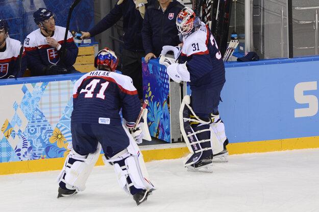 Teoreticky sa na šampionáte môžu predstaviť aj Peter Budaj (vpravo) a Jaroslav Halák.
