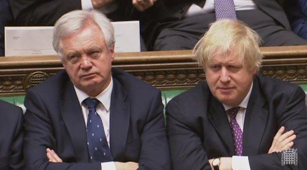 Britský sekretár pre brexit David Davis (vľavo) a britský minister zahraničných vecí Boris Johnson počúvajú prejav o brexite.