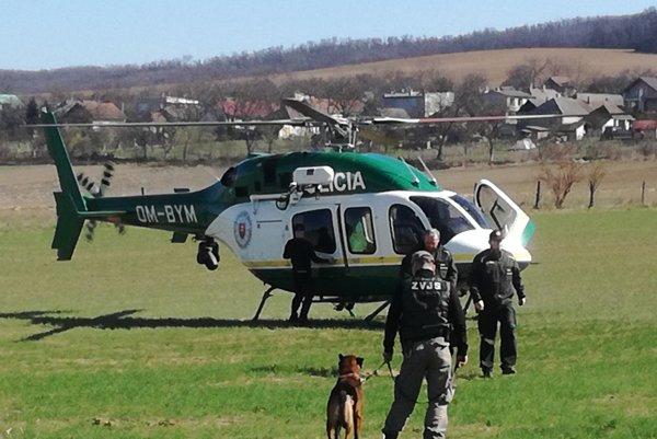 Pátranie. Väzňov hľadal aj vrtuľník.