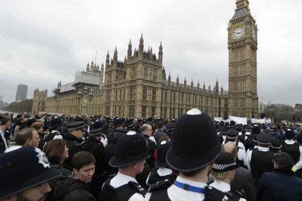 Na snímke britskí policajtipred budovou parlamentu počas pietnej spomienky na teroristický útok zo stredy 22. marca v Londýne.