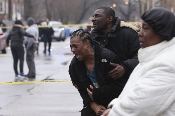 Neznámy muž začal strieľať do civilistov.