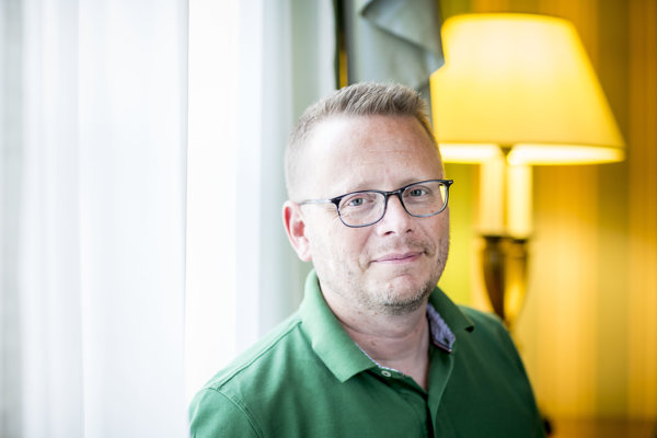 Patrick Ness (45) je britský spisovateľ. Jeho najznámejšou knihou je Sedem minút po polnoci. V slovenčine mu práve vyšli aj novely Niečo viac a My ostatní tu len tak žijeme. Pre BBC pripravil seriál The Class.