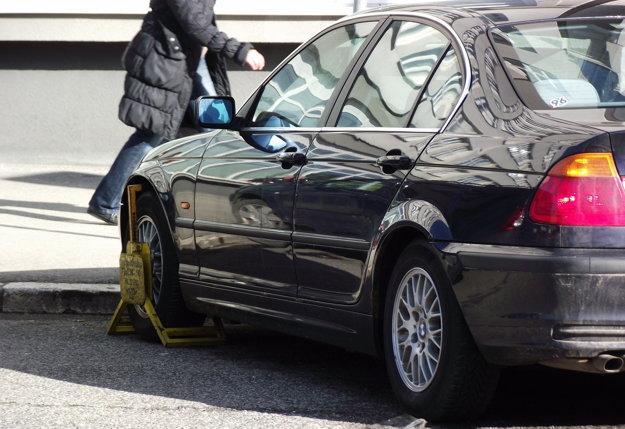 Vlani mestská polícia zistila 3 205 priestupkov na úseku plateného parkovania, papuču v takýchto prípadoch použila 2 421-krát.