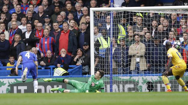 Cesc Fábregas (vľavo) strieľa prvý a napokon jediný gól Chelsea v záápase.