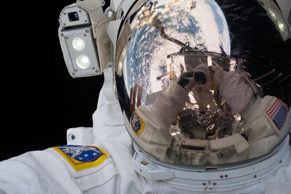 Astronaut Scott Kelly si robí selfie.