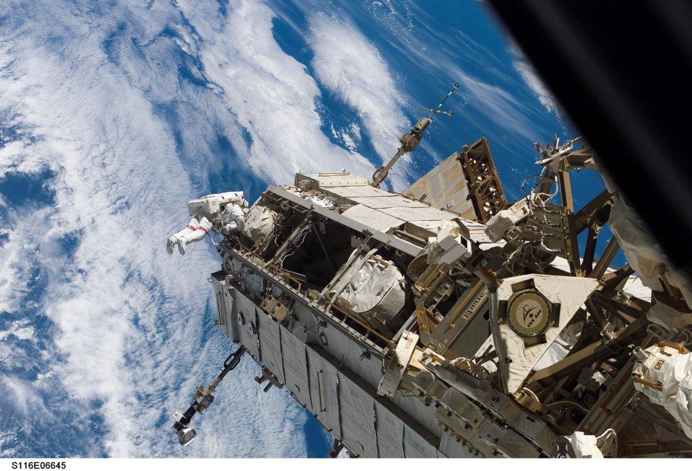 Astronaut Robert L. Curbeam opravuje ISS.