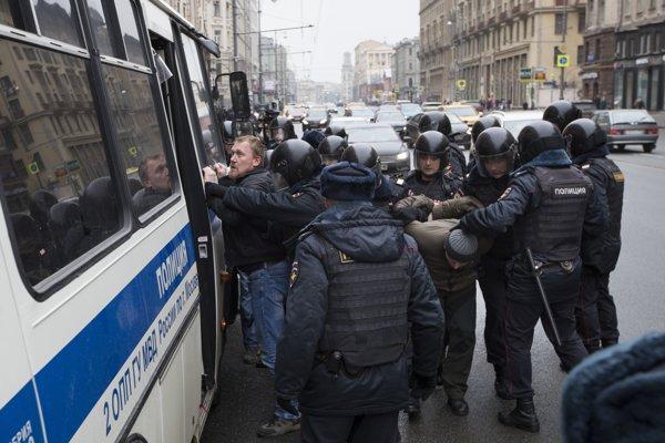 """Zadržali ďalších takmer 30 účastníkov """"prechádzky opozície"""" po Moskve."""