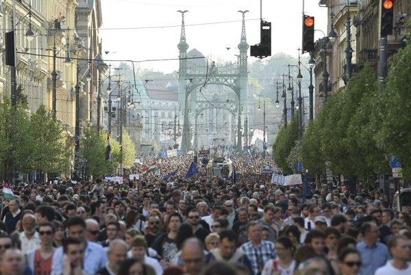 Proti spornému zákonu, ktorý môže obmedziť fungovanie Stredoeurópskej univerzity, protestovali tisíce Maďarov aj cudzincov.