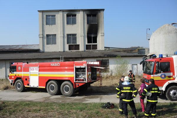 Hasiči po požiari  v Bobote.