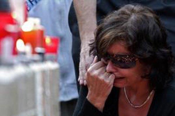 Životy baníkov, ktorí zahynuli v Handlovej, si v utorok v meste pripomenuli svetlom sviečok. Zostalo po nich 39 detí.