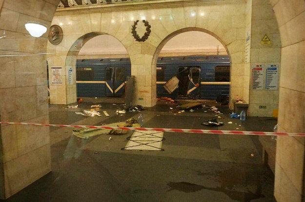 Zničený vagón metra po výbuchu na zastávke metra Technologičeskyj Institut v Petrohrade.