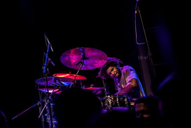 Výborný bol aj bubeník Justin Brown.