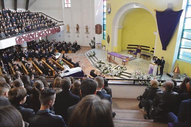 Plný kostol. Ľudia stáli aj pred ním.