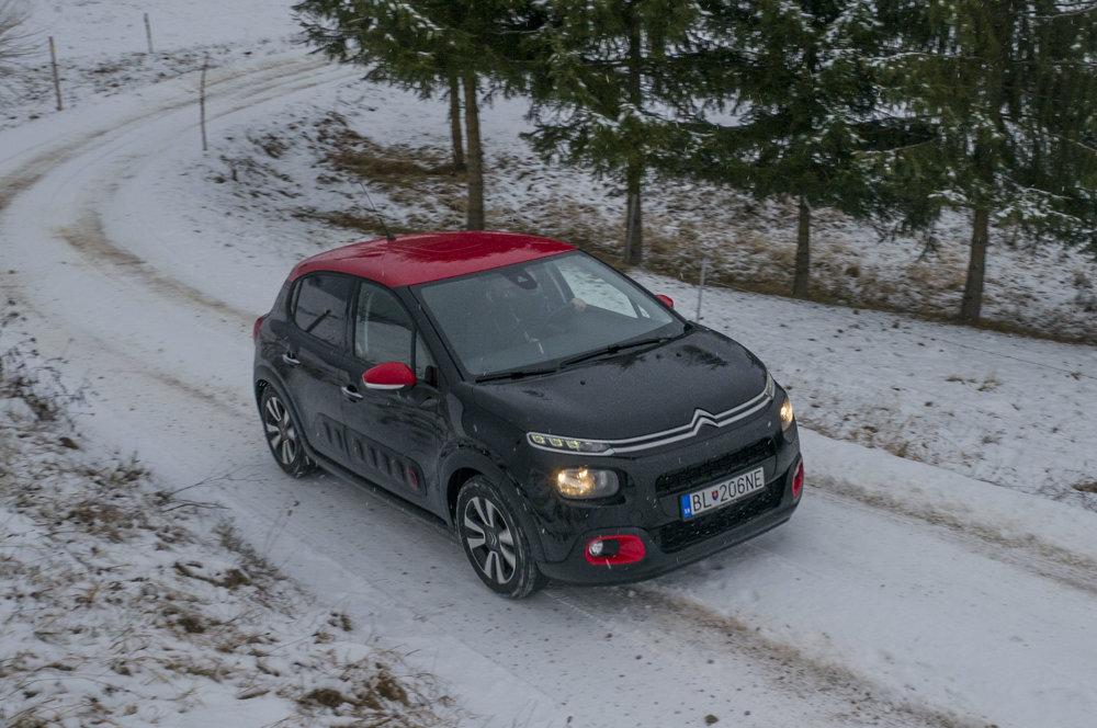 Na snehu je mestský Citroen ako doma, najmä vďaka výbornej trakčnej kontrole.