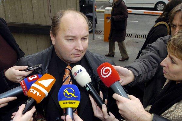 Prokurátor Róbert Vlachovský odpovedá na otázky novinárov na fotke z roku 2006.