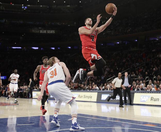 Michael Carter-Williams z Chicaga zakončuje na kôš v zápase proti New Yorku Knicks.